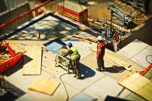2 field service medewerkers op bouwplaats